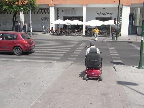 A la gente con movilidad reducida también le viene bien el carril bici. Zona de Glorieta Almogavares.