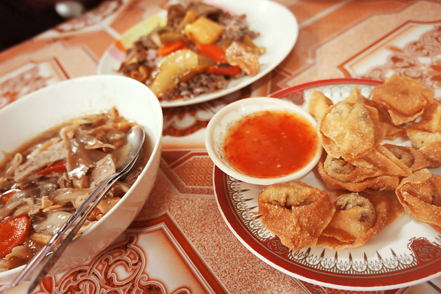 Delicious fare at Mingkwan Vegetarian Food (Ratchadamnoen Road, near Wat Phra Singh) ... the deep fried wontons are addictive!