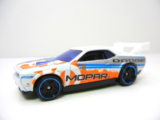 hot wheels dodge challenger drift car white (4)