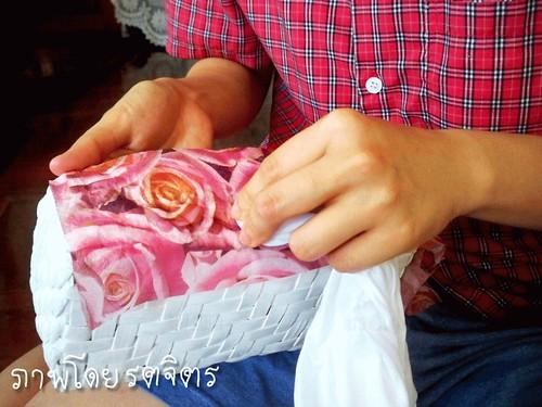 เอากระดาษหรือผ้าชุบน้ำกดเบา ๆ บนลาย