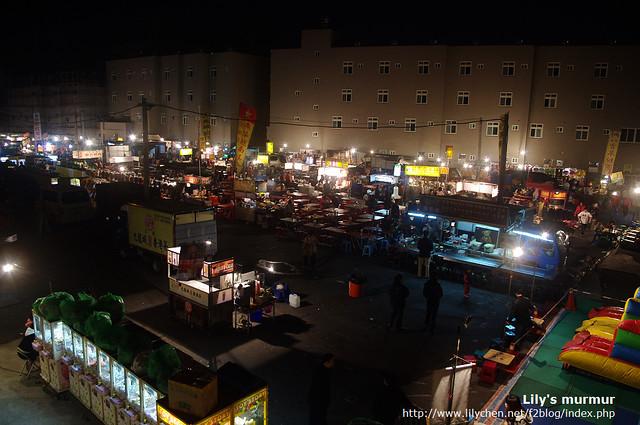 這是彰化中央陸橋夜市,靠近外側的這一排攤子還沒完全架起來。