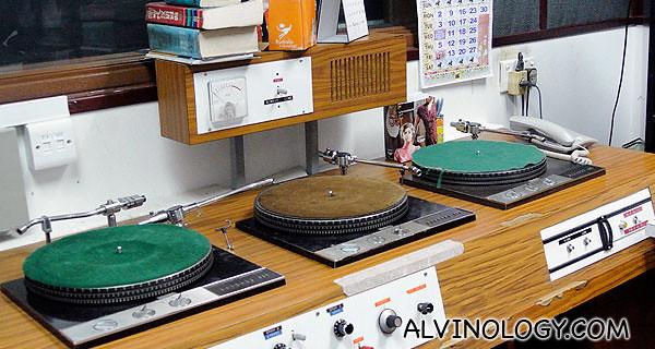Garage turntable consisting of three gramophones