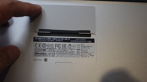 ฝาปิดด้านใต้ของ Dell XPS 13 มีพวกข้อมูลต่างๆ