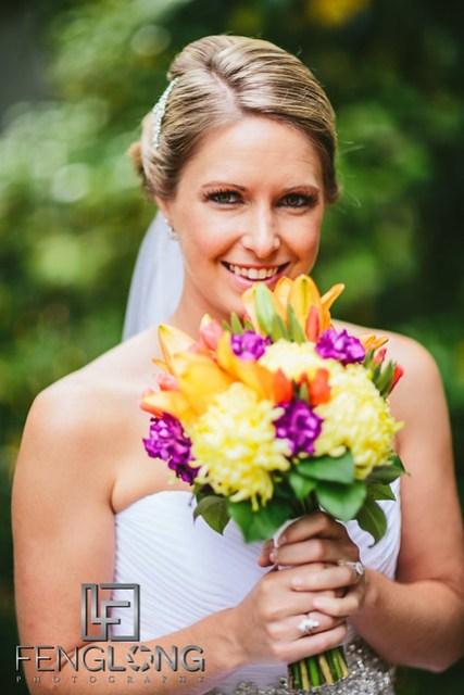 Bride holding we wedding bouquet