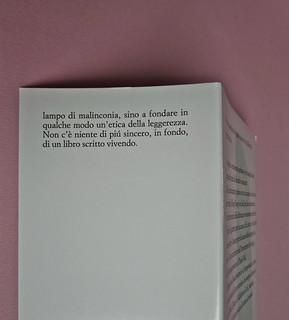 Alfabeto Poli, a cura di Luca Scarlini. Einaudi 2013. [responsabilità grafica e iconografica non indicata]. Fotog. di cop.: ritr. b/n di Paolo Poli di Guido Harari. Risvolto e quarta di sovracoperta (part.), 1