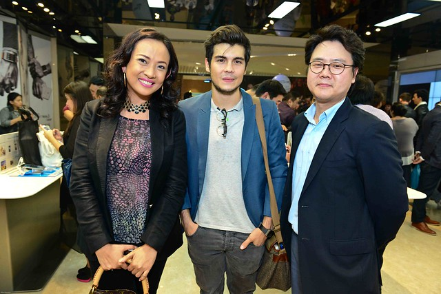(L-R) Corporate Marketing Head for Samsung Mobile Chiqui Torres with Brand Ambassador Erwan Heussaff and Samsung Business Advisor Mike Cheon in the SM Aura Samsung store during the Note3 launch last Sept 26
