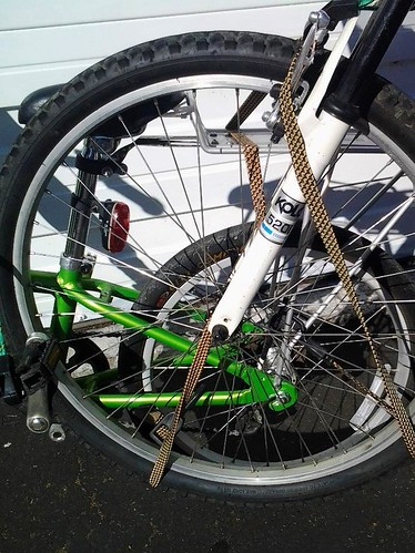 Towing a bike with bungee cords: side-view