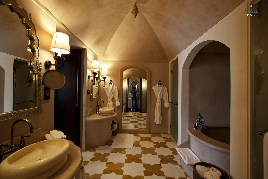 Spacious Bathroom in the Gold Room