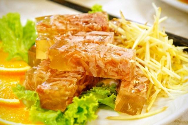 肴肉,晶瑩剔透,不過本身單吃是沒什麼味道的,要搭著醬料吃