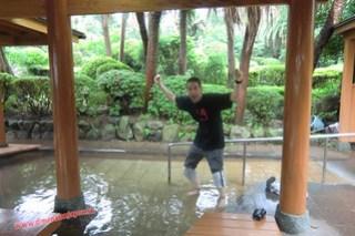 CIMG1133 Luchando por sobrevivir en el baño muy caliente de pies en el Infierno Umi Jigoku (Beppu) 13-07-2010 copia