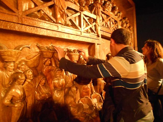 Juanjo y Nuria descubriendo el Mural del Mar en la Casa Natal de Jovellanos durante  la Ruta Jovellanos del día siguiente