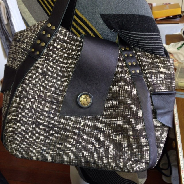 年代物のつむぎで現代版バッグに仕上がりました(*^_^*)革もバッチリ、マッチしてます!中もいっぱい仕切りがあって使いやすいです(^_−)−☆