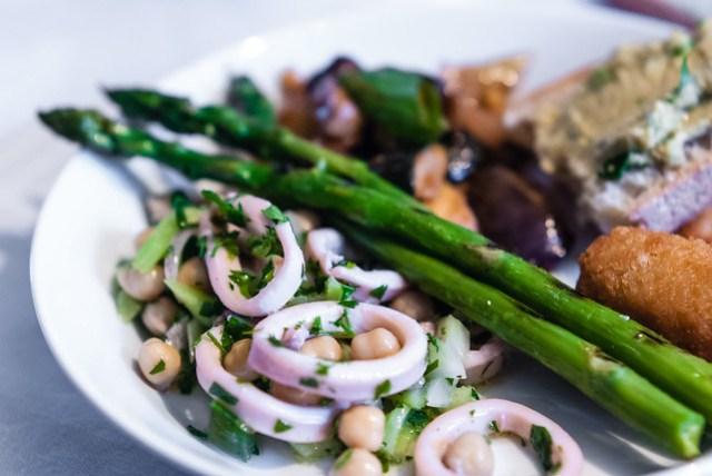 Lekker Siciliaans: bord met o.a. inktvissalade, gegrilde asperges en caponata