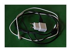 USB-kaapelit tiedonsiirtoon ja lataukseen.