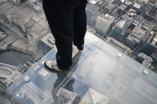 Pies sobre suelo de cristal en el Skydeck de Chicago
