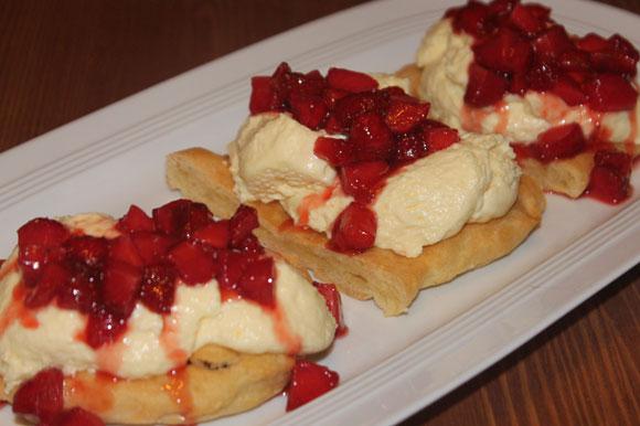 Brandteig-Schnitten mit Vanillecreme und Erdbeeren