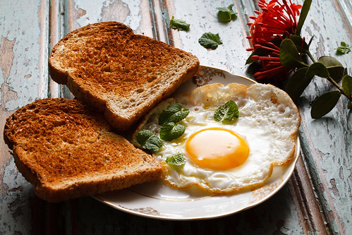 a fried egg with bread by Luiz L.