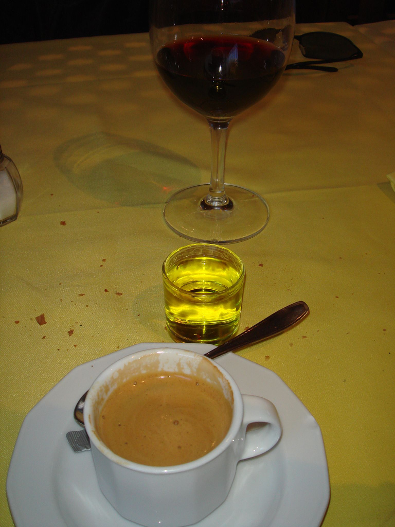 La sobremesa ideal. Vino, orujo y café. Autor, ZellOss