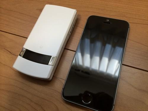 「N-01E」とiPhone 5sを比較