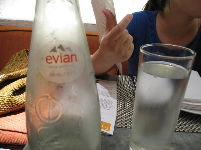 喝Evian的水
