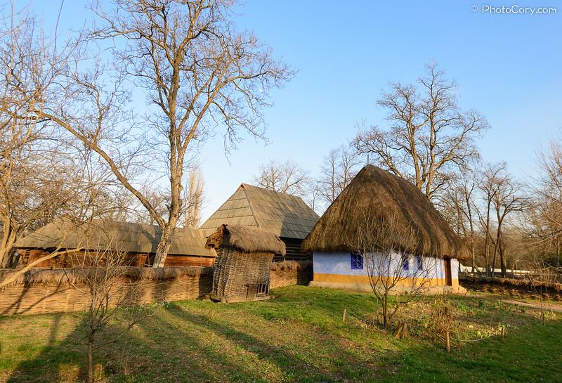 casa cu acoperis de paie, muzeul satului, Bucuresti