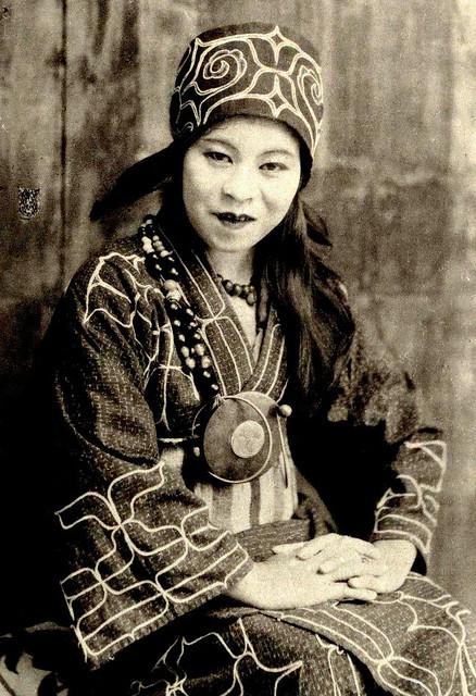 Mujer Ainu (año 1900). Museo de Hokkaido.