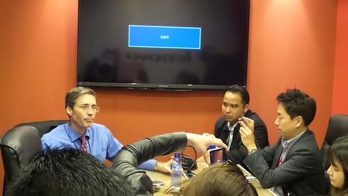 สื่อจากประเทศต่างๆ รุมถ่ายรูป Mr. JD Howard ผู้บริหารของ Lenovo