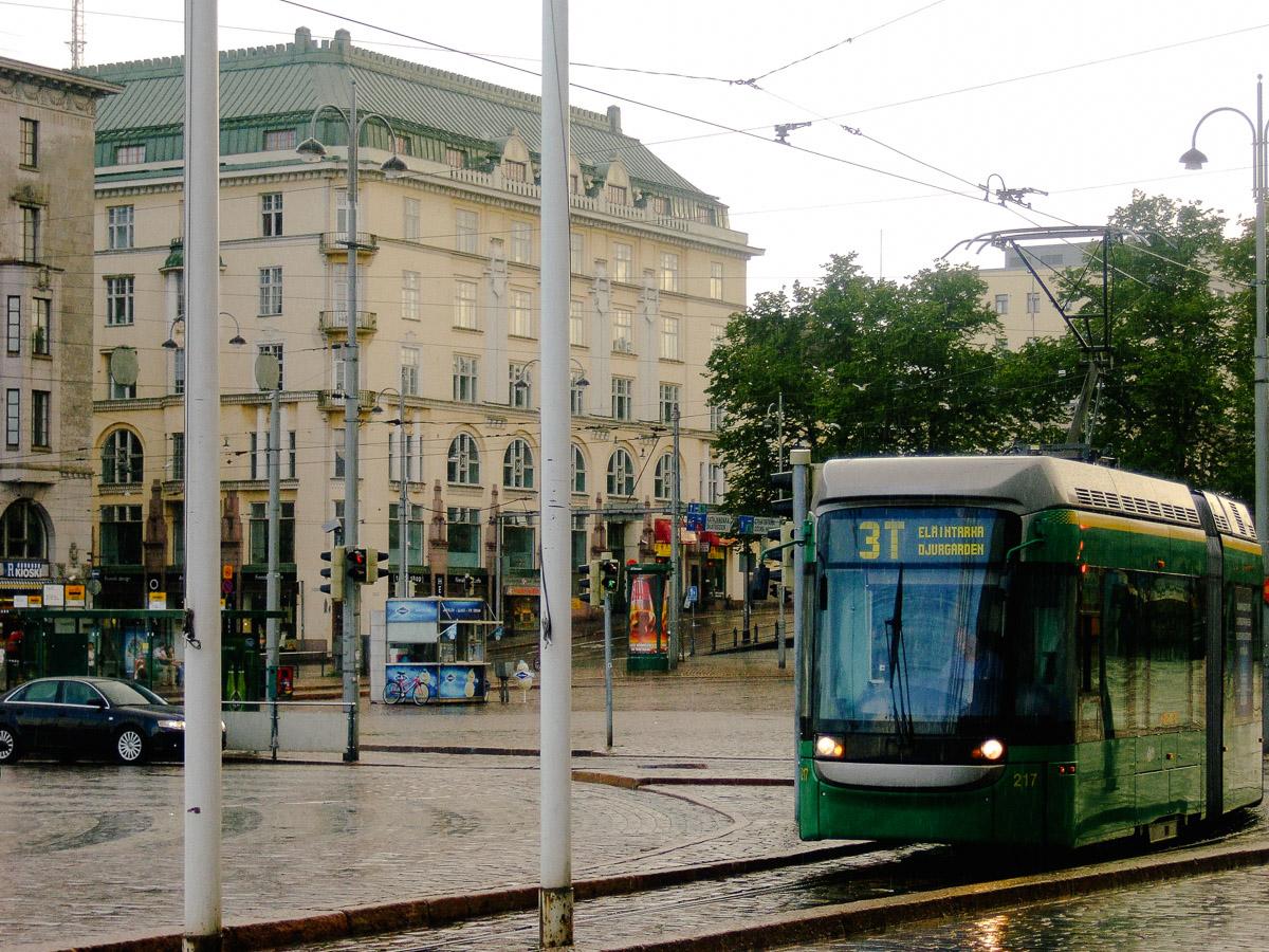 Un tranvía bajo la lluvia en Helsinki