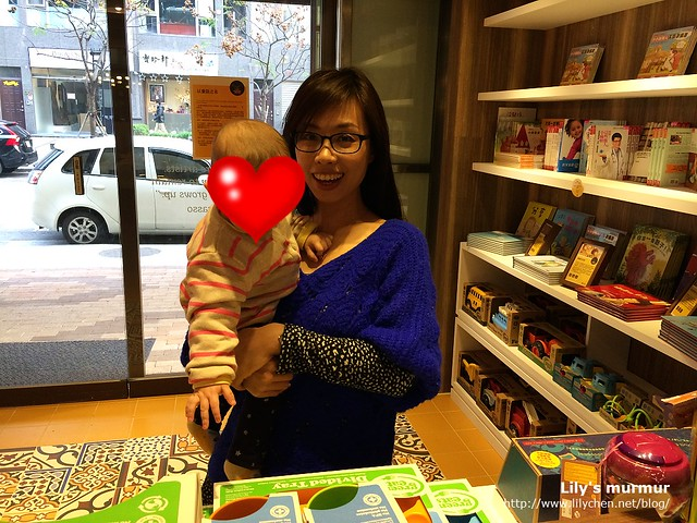 在櫃台前方有銷售美國進口的環保餐具及玩具,還有繪本以及教養書籍等。