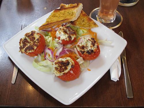 Schafskäse gefüllte Tomaten im Kneipen-Cafe-Restaurant Balou in Osnabrück