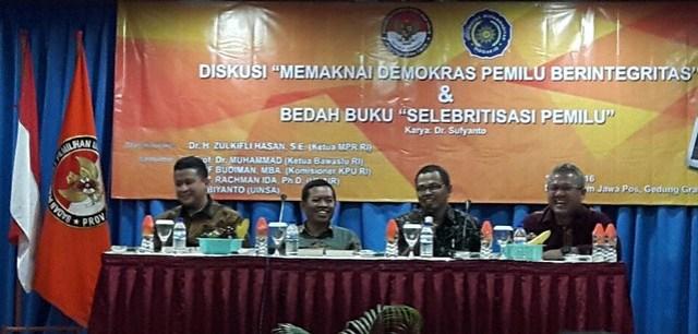 Ketua Bawaslu Muhammad bersama Anggota KPU RI Arief Budiman saat tampil sebagai Pembicara seminar (12/5)