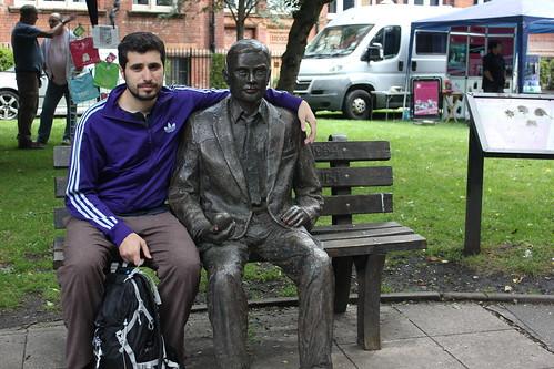 Menuda decepción me llevé al ver el estado en que estaba la estatua que honra la memoria del genio Alan Turing, con los labios pintados de rojo y pendientes a juego. En fin.