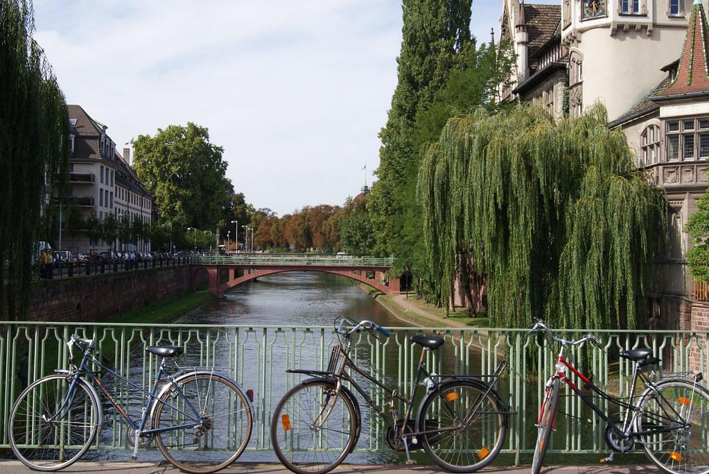 Vélos adossés à la barrière du pont Saint-Etienne