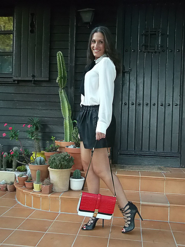 Preppy, cañero, blusa blanca lazada negra, shorts, polipiel, sandalias abotinadas, bolso tricolor, hard, white blouse, big black bow, fake leather shorts, bootie sandals, tricolour bag, zara, mango,