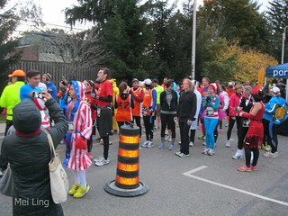 Lined up for the 10k. Lots of runners in costumes.