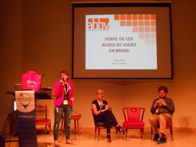 Silvia Oliveira hablando de la blogosfera de viajes en Brasil durante la última mesa del TBMGIJÓN