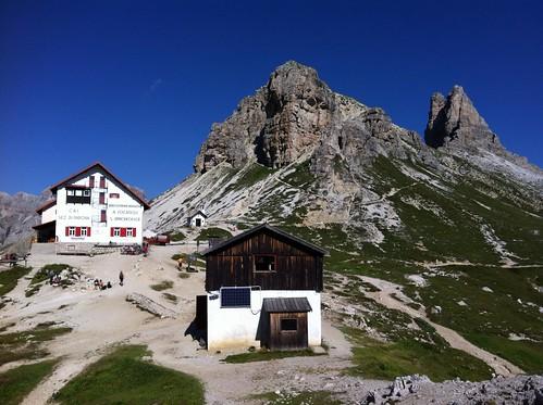 Drei Zinnen Hütte mit Sextnerstein und Toblinger Knoten im Hintergrund (rechts)