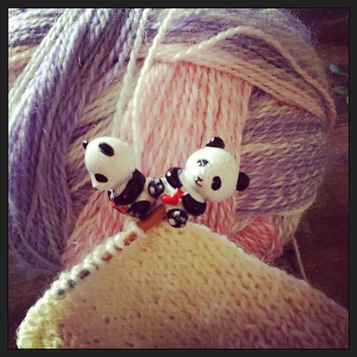 La #cheaphappiness di oggi #knit #sock #zauberball #yarn #sockyarn #woolcrossing #knittingfriends #knitting #knit #fattoamano #handmadewithlove #lavoroamaglia