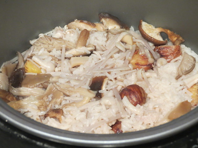 Cooking: Chestnut & Mushroom Rice (栗とキノコのごはん)