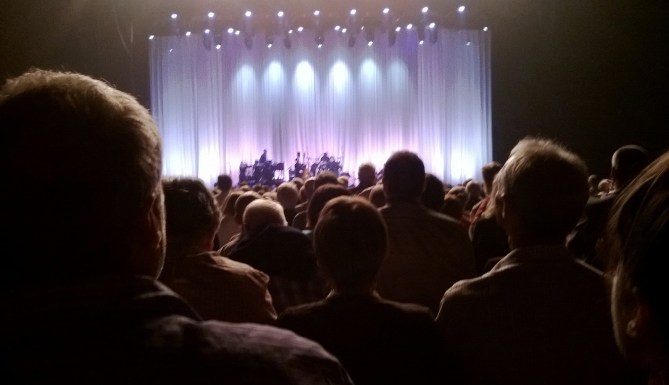 Leonard Cohen performs Closing Time