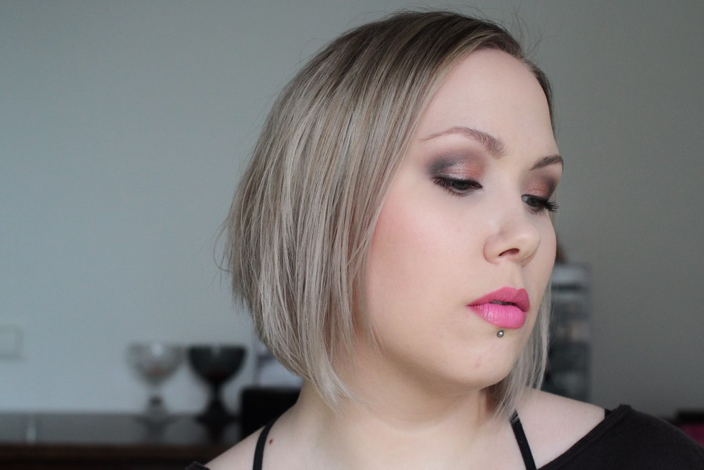 neutral smoky with pink lips