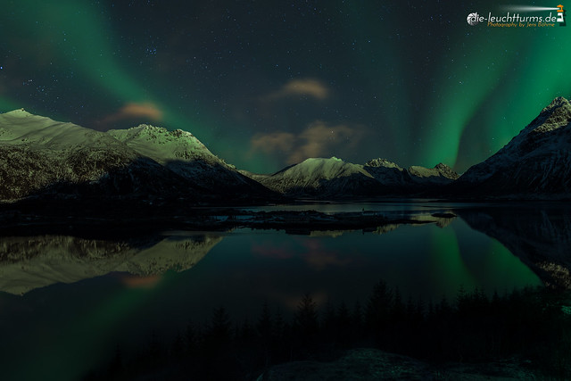 Aurora reflections in moon light