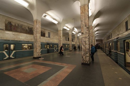 Up and down trains pass at Автозаводская (Avtozavodskaya)