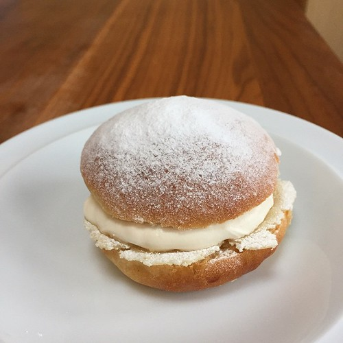 Semla! Scandilicious recipe for Scandinavian cardamom buns, filled with vanilla whipped cream and Odense marzipan 😍