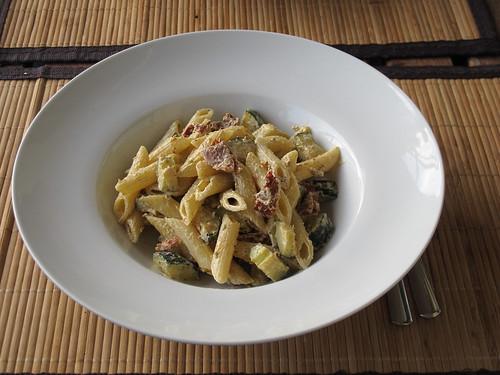 Penne mit Zucchini, getrockneten Tomaten und Ziegenkäse