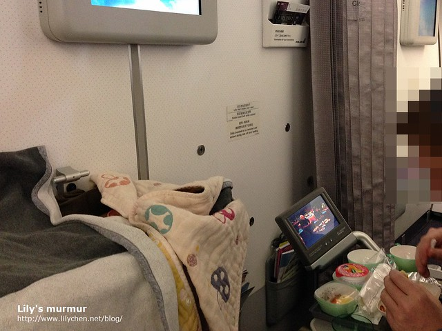 圖說:小妮正在掛籃內睡覺,我們正在用飛機餐。