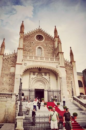 Nhà thờ Roman ngay cạnh bảo tàng Del Prado. Tôi có một buổi chiều thật dễ chịu. Ngồi từ vị trí này, ngắm nhà thờ và một đoàn người ăn mặc đẹp như đám cưới, gió hơi mạnh, và mãi mới quẹt được cái bật lửa mượn của cô ngồi kế bên.