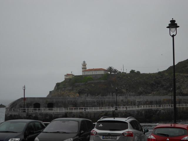 Vista del Faro de Cudillero desde el paseo marítimo
