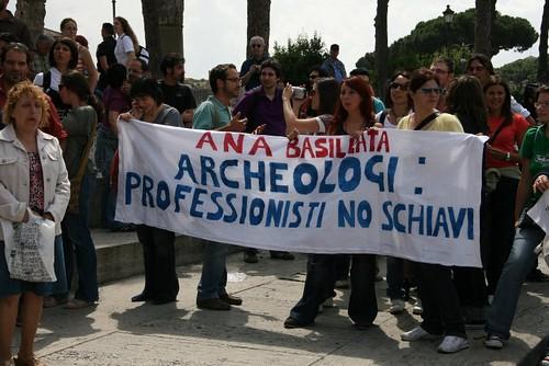 ITALIA ARCHEOLOGIA e BENI CULTURALI e CORRUZIONE POLITICA: Se l' archeologio vale sette euro l' ora - L'Italgas li paga un quarto degli operai, Ma ai sindcati non interessa, CORRIERE DELLA SERA (24/07/2013) [FOTO: LIBERO ROMA (15/06/2008), pg. 49]. by Martin G. Conde