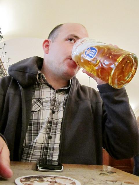 Matt having a beer at the Hofbräuhaus in München.